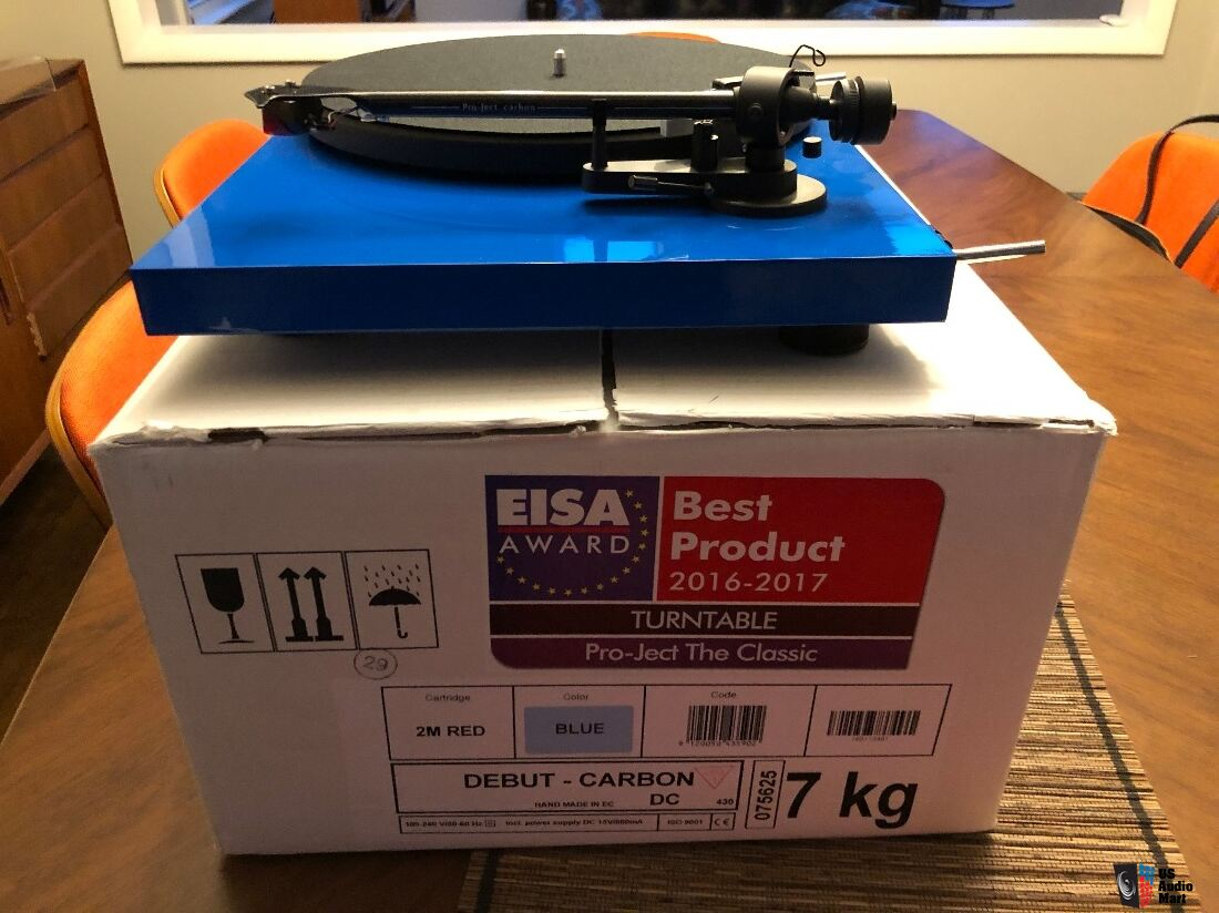 Pro-Ject Debut Carbon (DC) turntable w/Ortofon 2M Red Photo