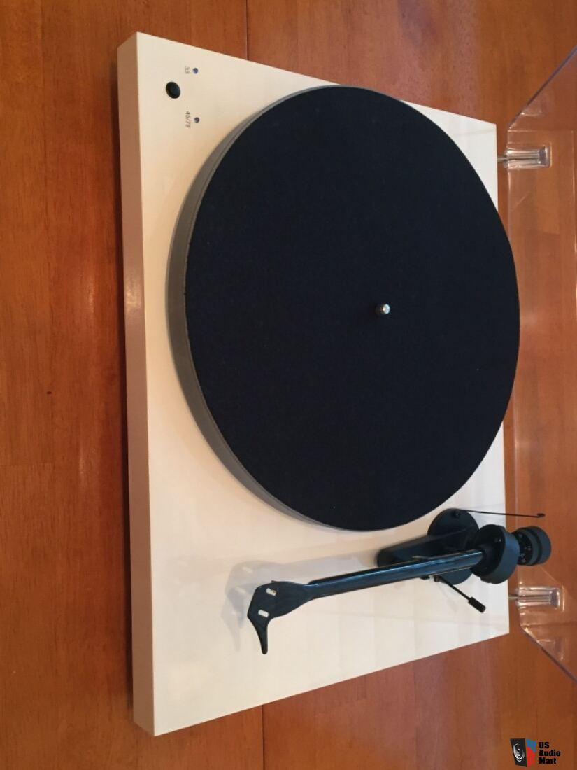 Pro-Ject Debut Carbon (DC) Esprit SB Turntable (White) Photo
